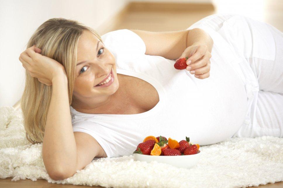 Schwangere Frau mit Obst