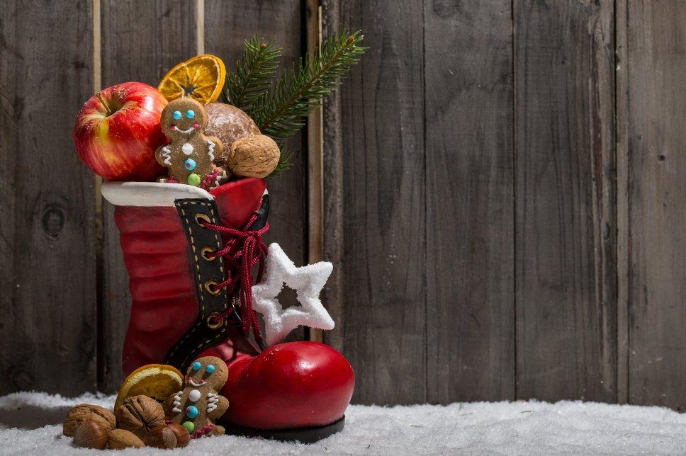 Nikolausstiefel mit Gebäck und Nüssen zu Weihnachten