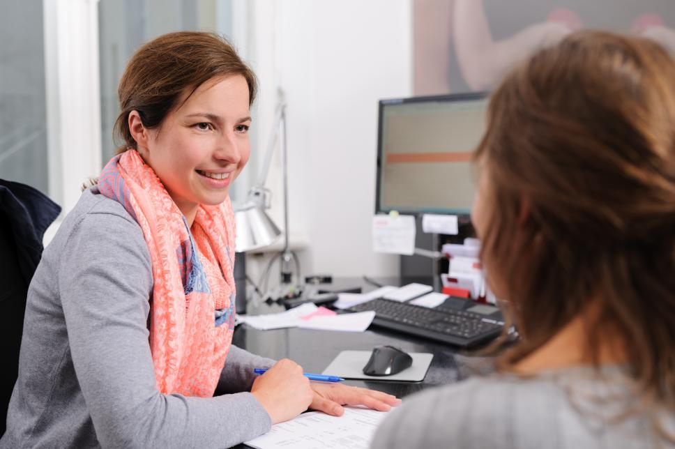 Diabetesberaterin und Patient im Gespräch