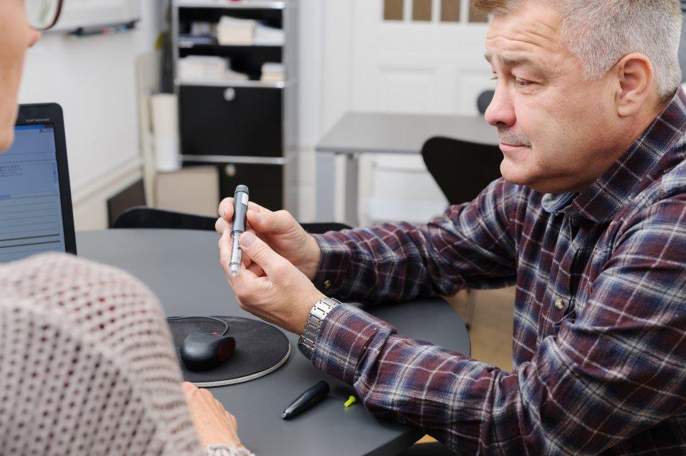 Patient/Mann mit Insulinspritze/Pen