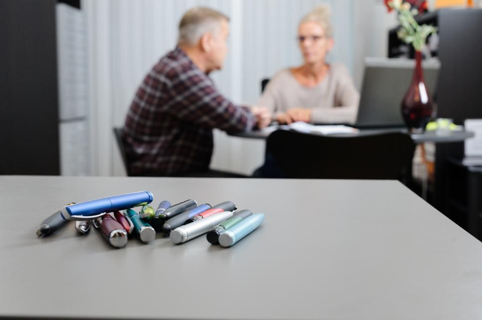 Insulin-Spritzen - Pens mit Patient und Arzt