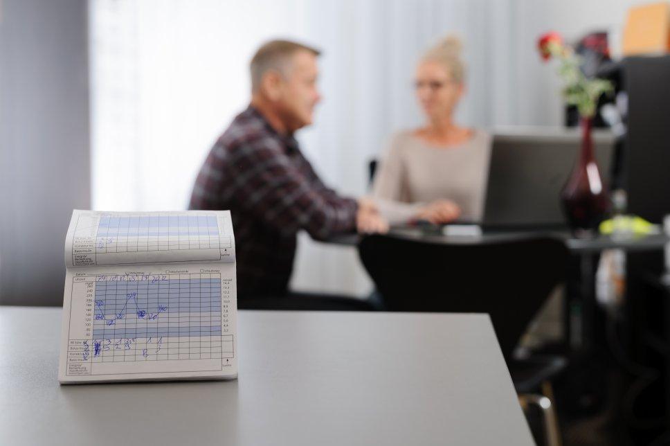 Hypoglykämie-Tagebuch mit Patient und Diabetesberater