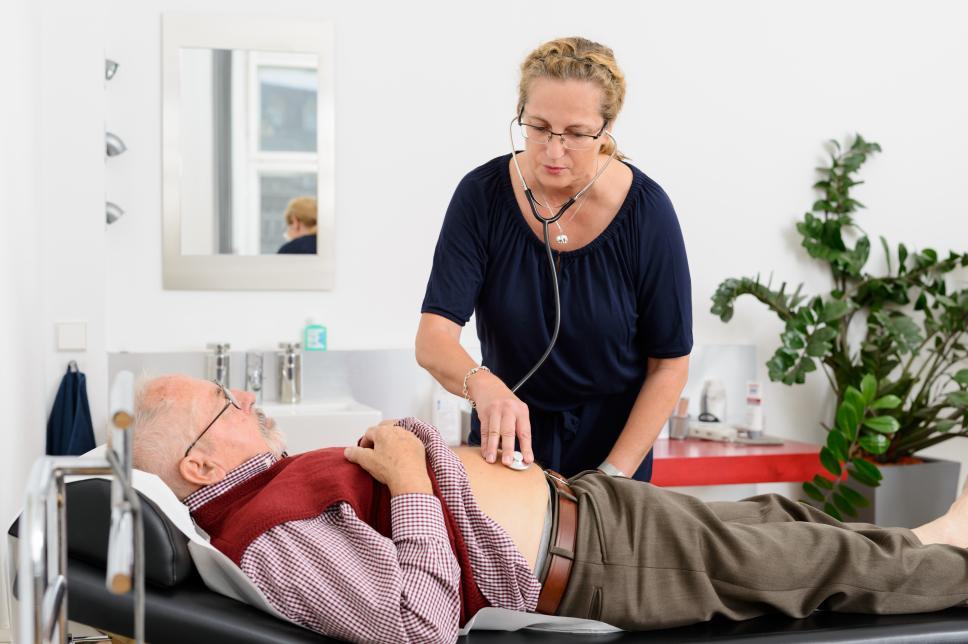 Mann bei Vorsorge - Herzgeräusche