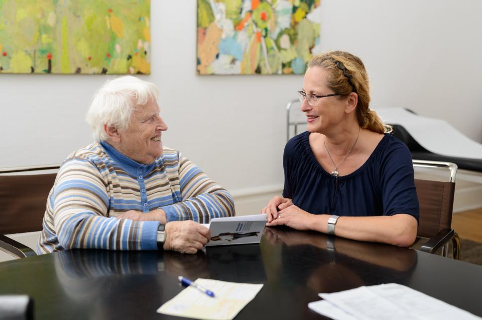 Ältere Patientin/Frau bei Arzt/Diabetesberater