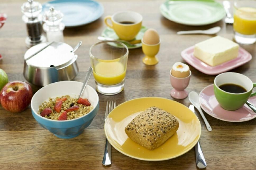 Frühstück mit Brötchen und Ei