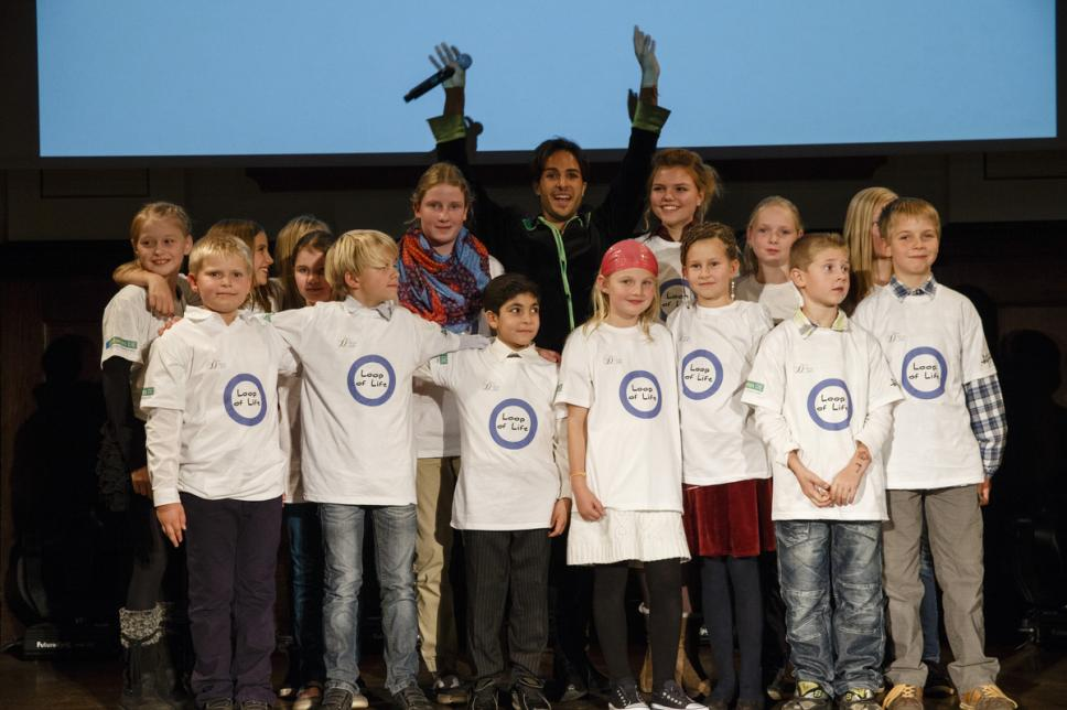 "2. Diabetes-Charity-Gala, 18.10.2012, v.l.n.r.: Ben Jaimen und die Kinder der Erlebniswoche mit dem Song ""Loop of Life"""