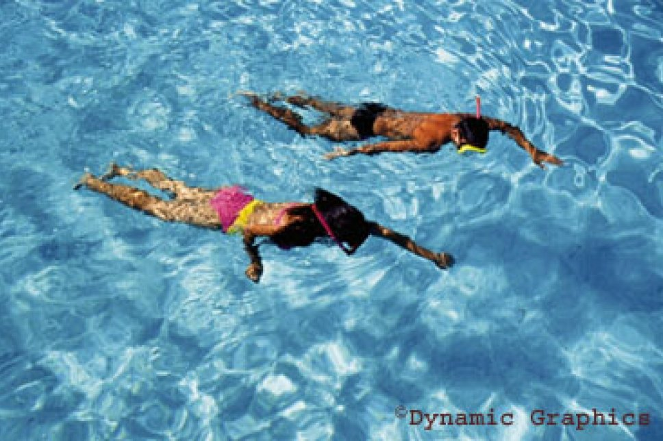 Menschen schwimmen im Pool
