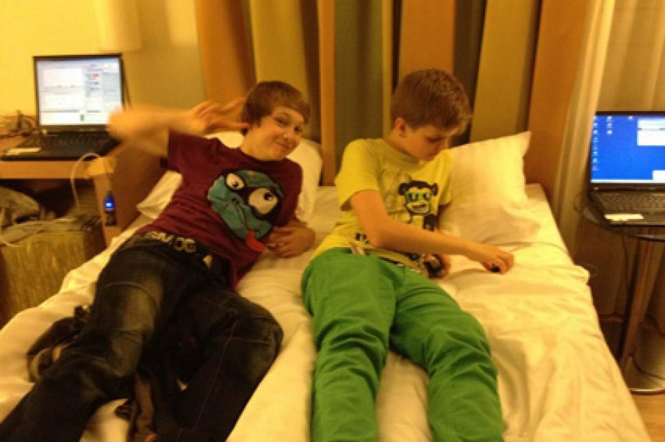 Kinder im Bett mit Laptop