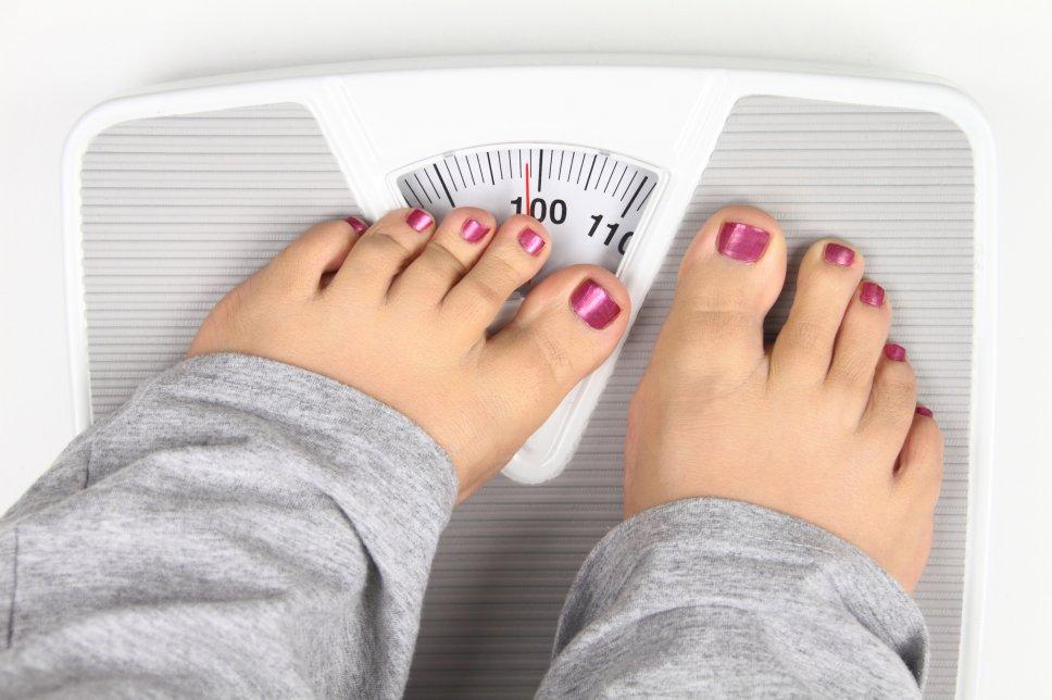 Übergewicht - Frau auf Waage