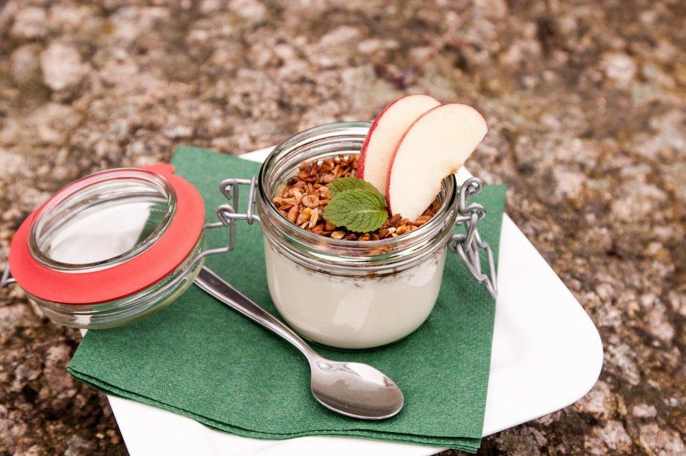 Joghurt mit Granola und Apfel
