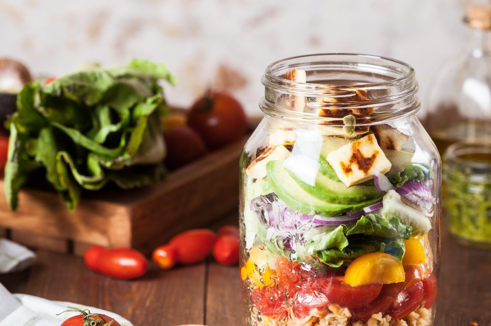Salat im Glas mit Halloumi