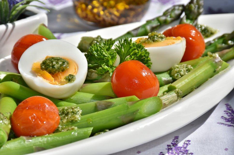 Spargel mit Ei und Pesto