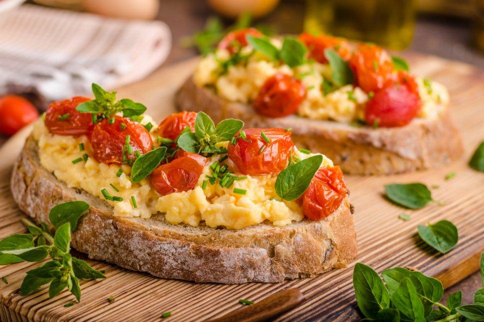 Tomaten-Rührei auf Brot