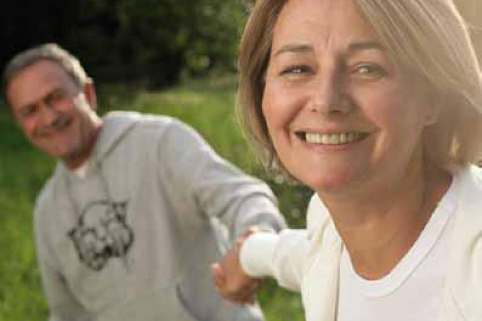 Frau und Mann lachen in die Kamera