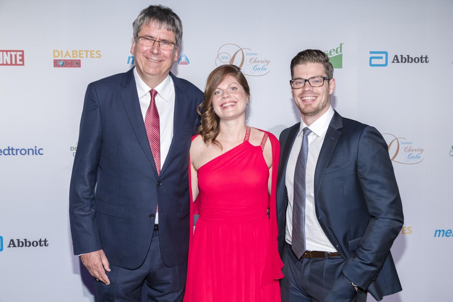 Dr. Jens Kröger mit Jennifer und Julien Fuchsberger auf der Gala 2016