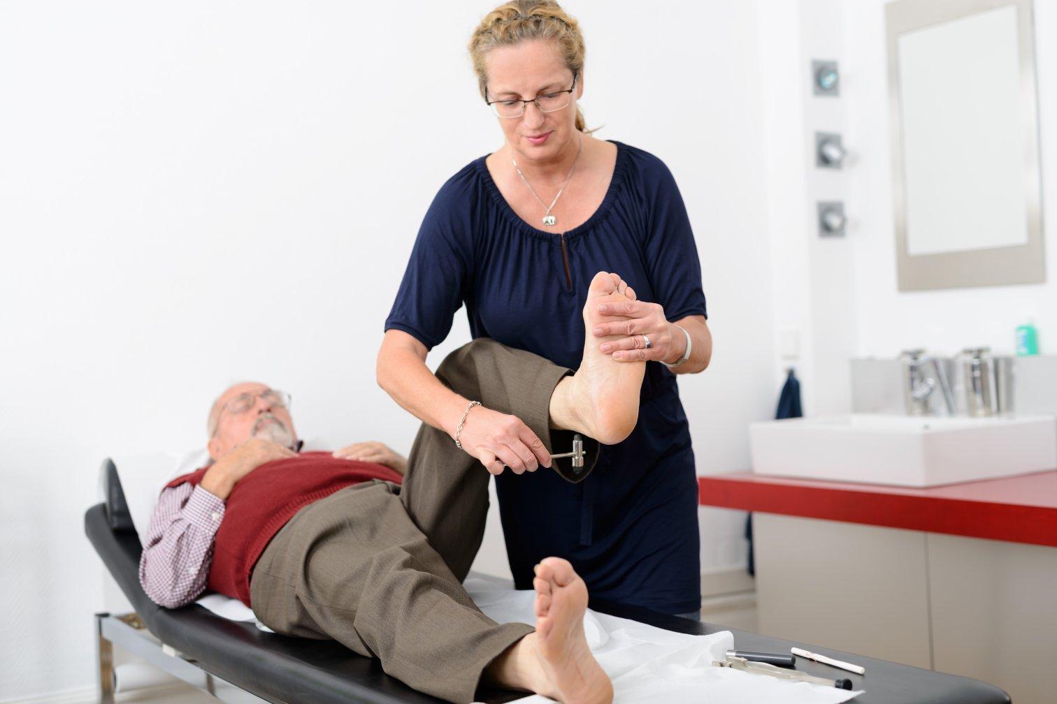 Mann bei Vorsorge: Kontrolle der Füße