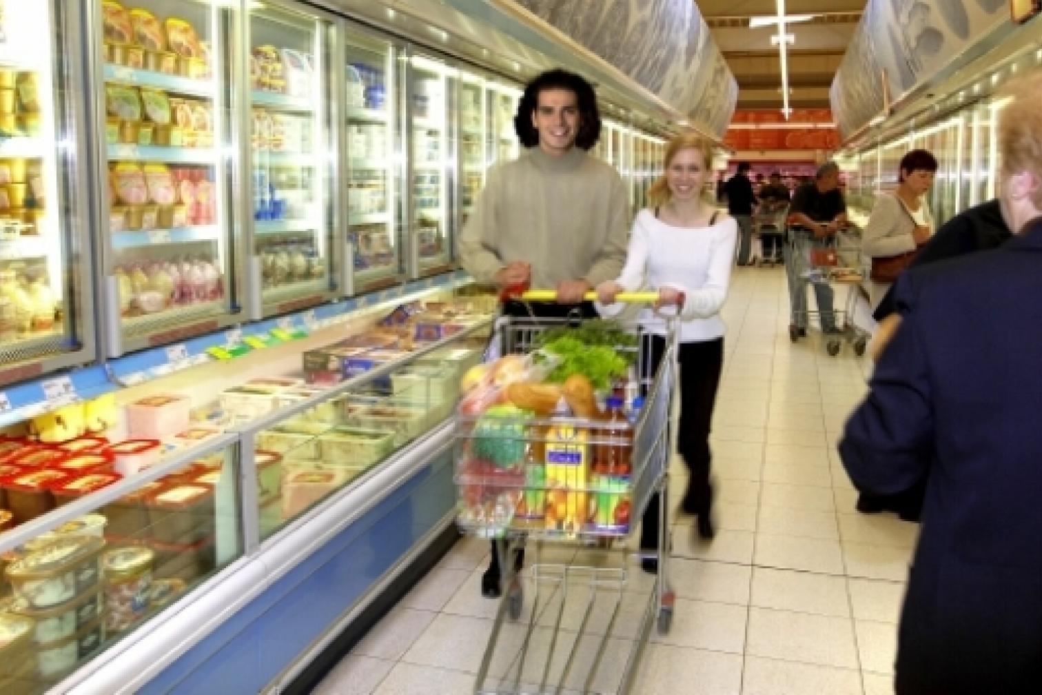 Menschen im Supermarkt - Einkauf