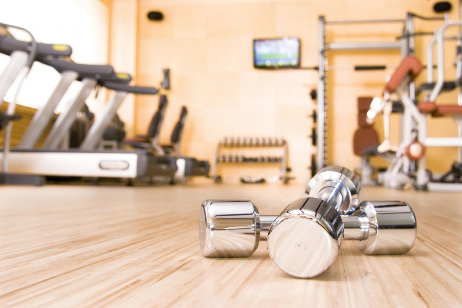 Laufband Hanteln Fitnessstudio