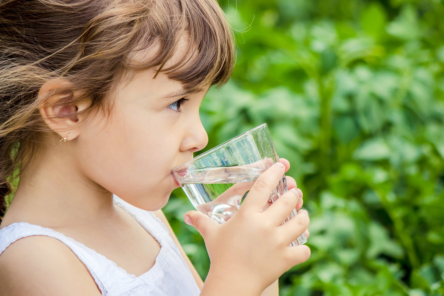 Kind trinkt Wasser