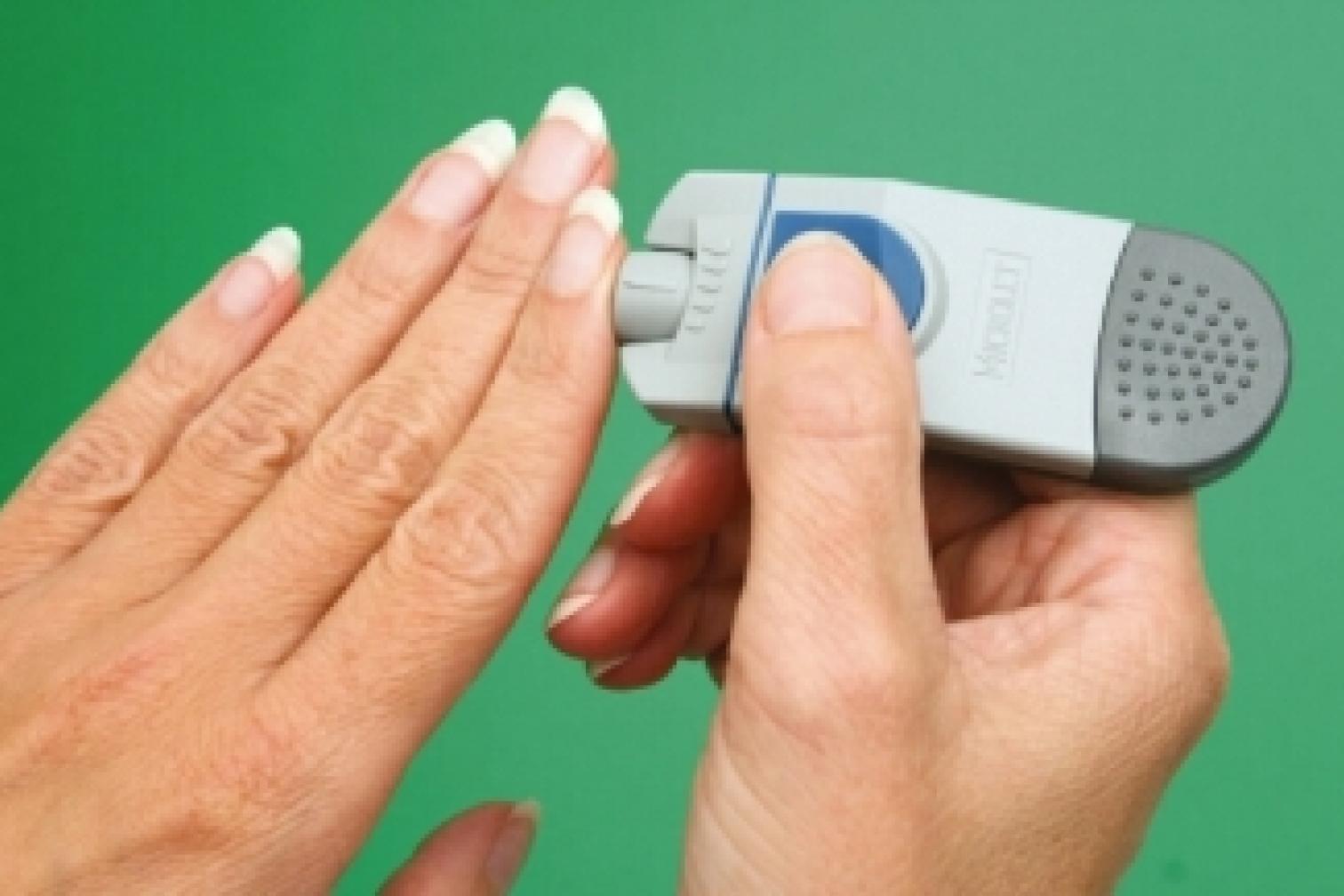 Hand mit Blutzucker Selbsttest