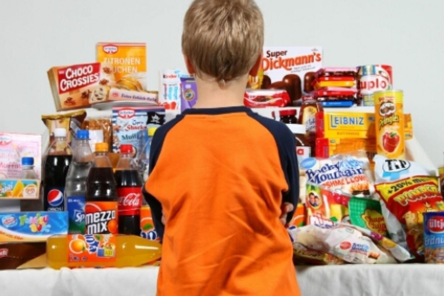 Kind vor Süßigkeiten