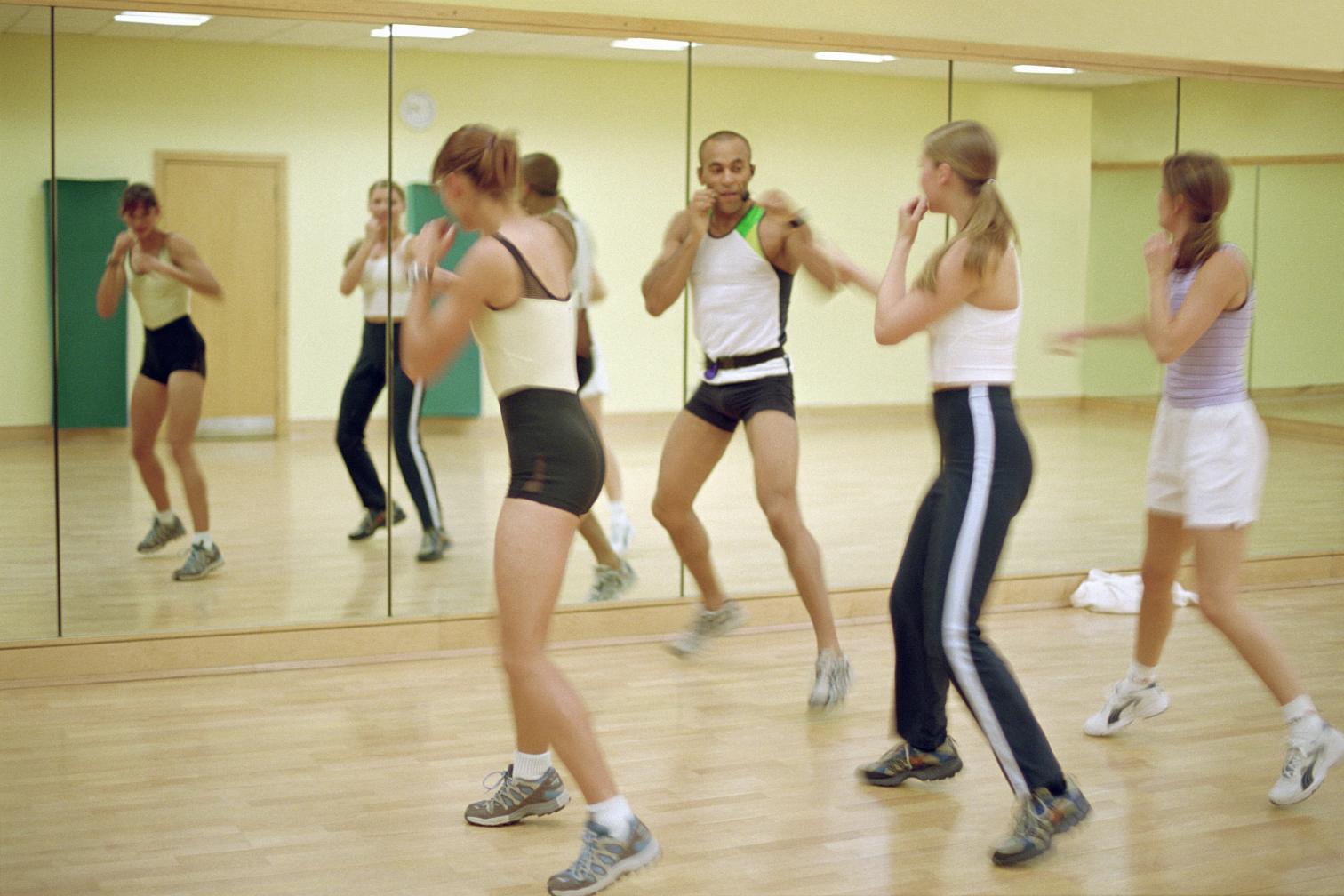 Fitnessstudiogruppe mit Trainer