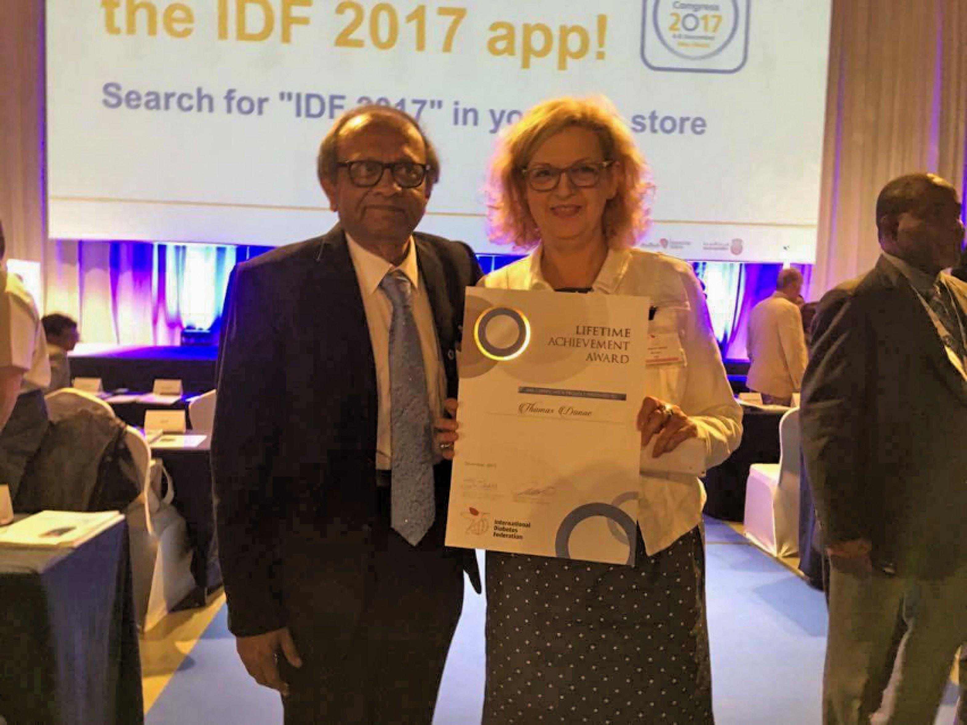 Dr. Stefanie Gerlach nimmt die Urkunde für den Lifetime Achievement Award stellvertretend für Prof. Danne vom scheidenden Präsident IDF, Prof. Sadikot, entgegen