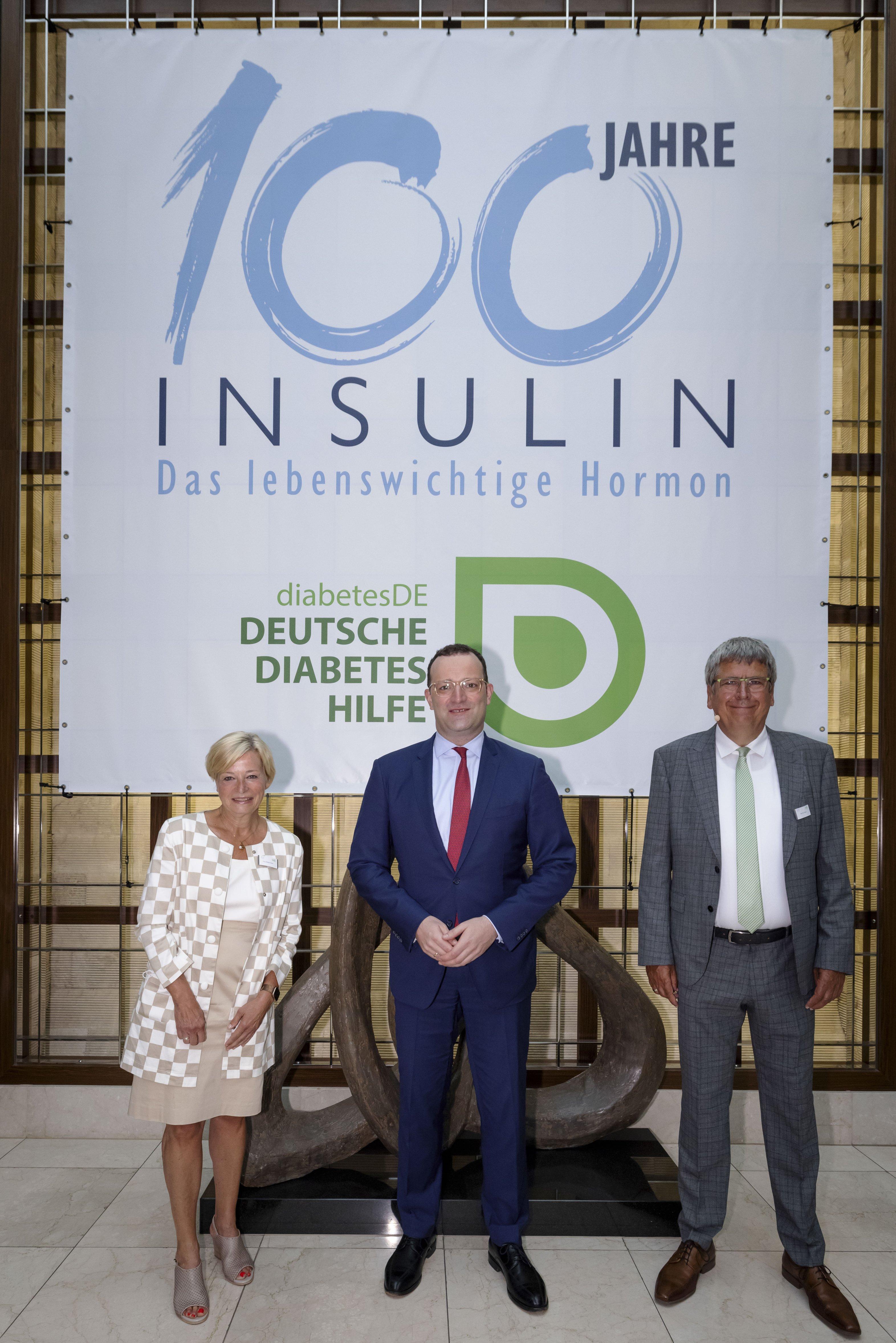Event 100 Jahre Insulin: Mattig-Fabian, Spahn und Dr. Kröger vor Banner