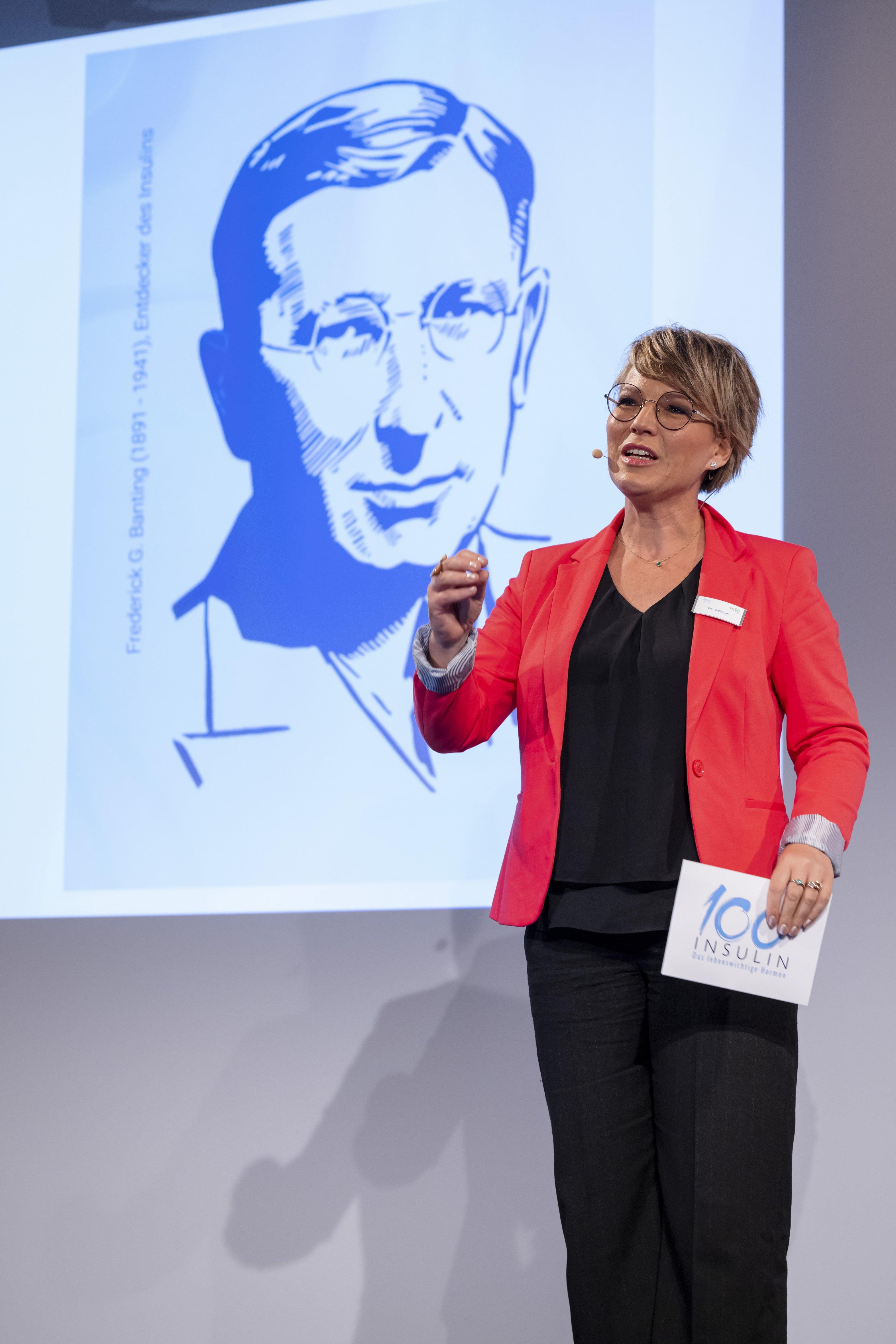 Event 100 Jahre Insulin: Andrea Ballschuh vor Banting-Porträt