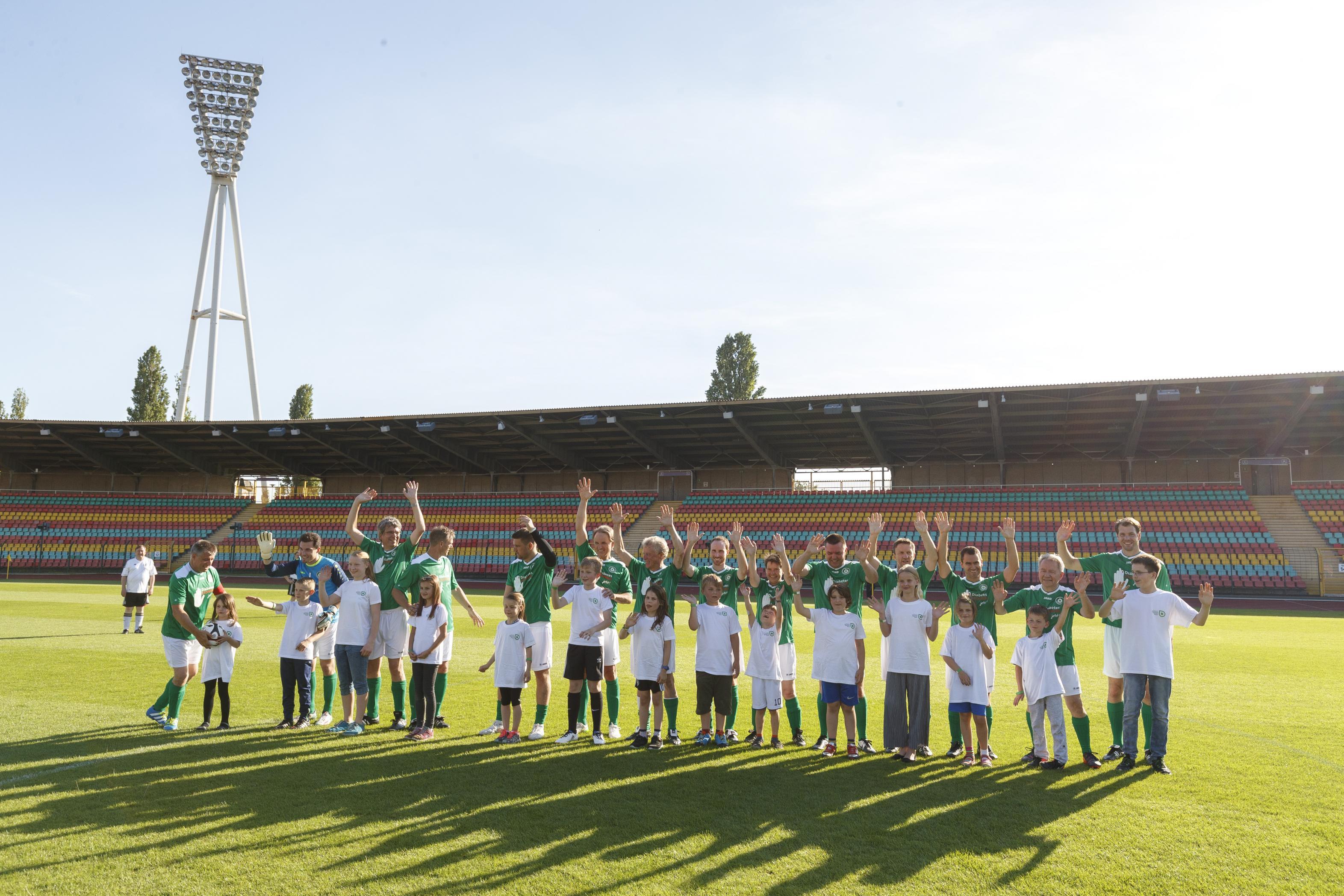 Fußballspiel FC Bundestag vs. FC Diabetologie 2017 - FC Diabetologie mit Kindern