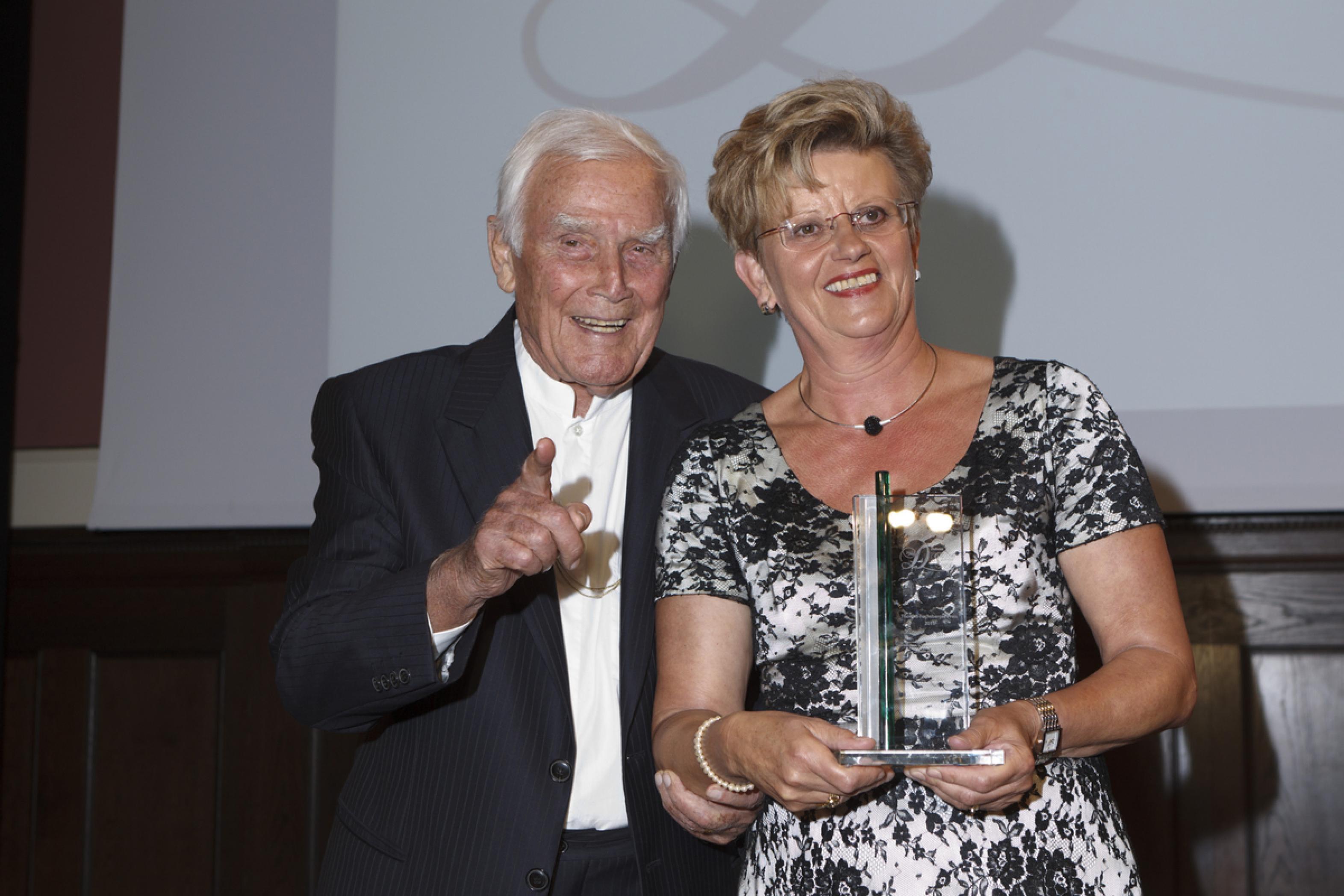 ^1. Diabetes-Charity-Gala, 2.11.2011 – Übergabe des Thomas-Fuchsberger-Preis 2011: Blacky Fuchsberger mit Heidrun Schmidt-Schmiedebach (Preisträgerin)
