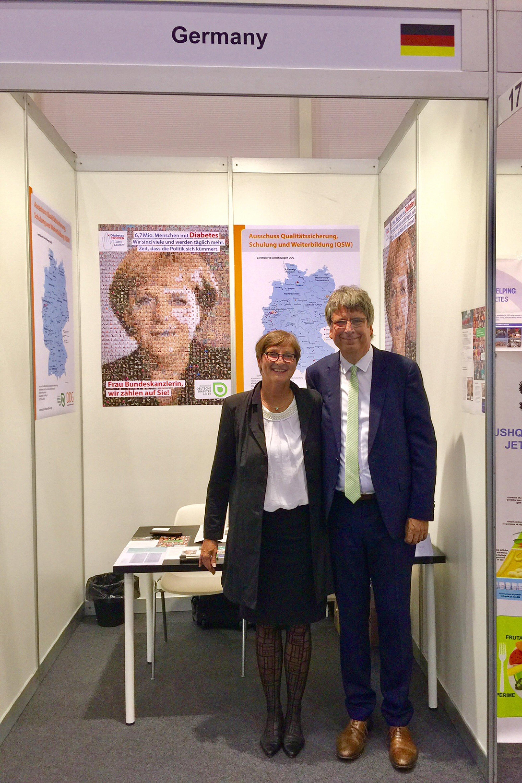 Stellvertretende Vorstandsvorsitzende Dr. Nicola Haller und Vorstandsvorsitzender Dr. med. Jens Kröger beim EASD 2017 am Stand von diabetesDE