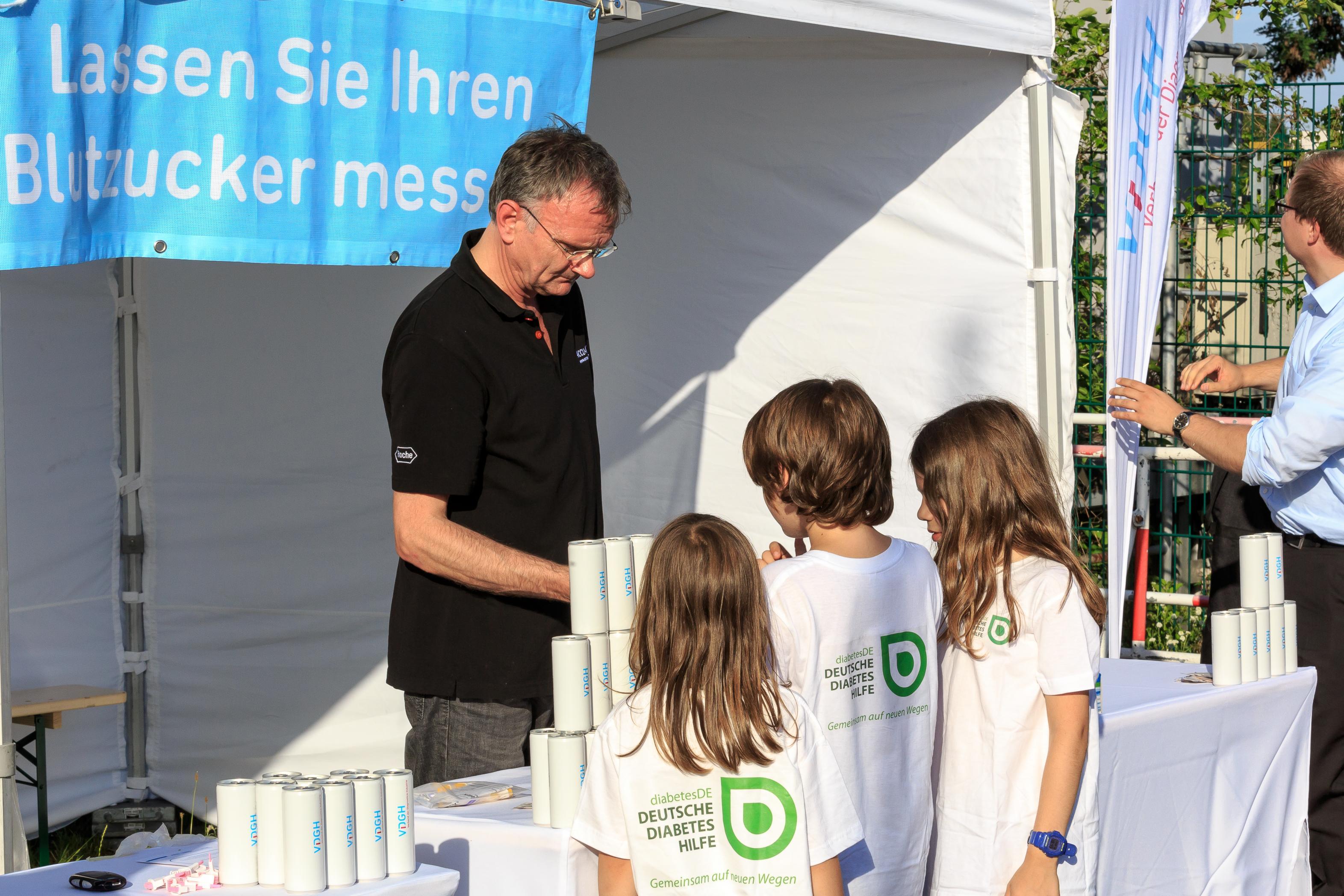 Fußballspiel FC Bundestag vs. FC Diabetologie 2017 - Auch das junge Publikum ist interessiert