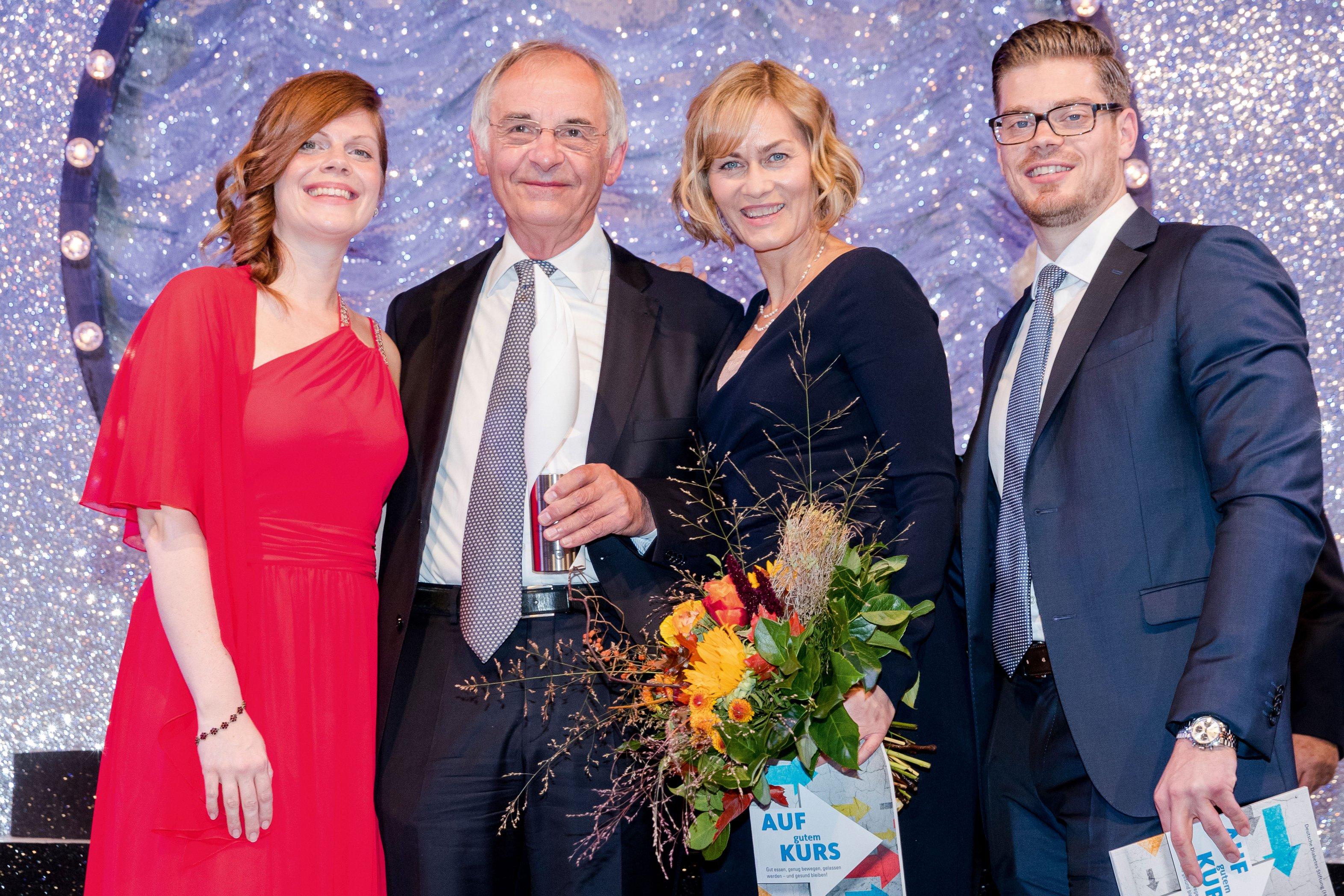 Dr. Rüdiger Landgraf mit Jennifer und Julien Fuchsberger und Gesine Cukrowski auf der Gala 2016