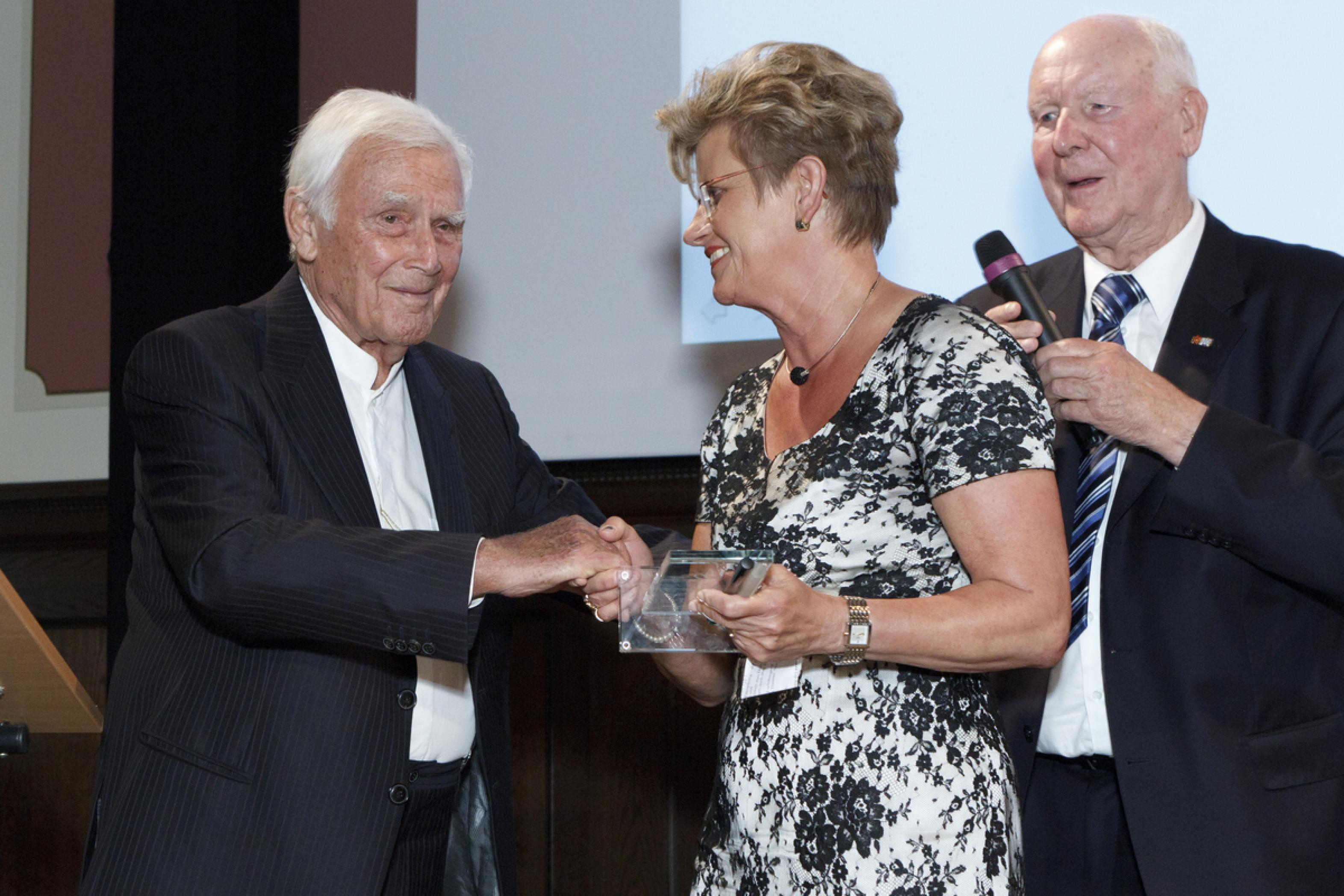 1. Diabetes-Charity-Gala, 2.11.2011 – Übergabe des Thomas-Fuchsberger-Preis 2011: Blacky Fuchsberger mit Heidrun Schidt-Schiedebach (Preisträgerin)