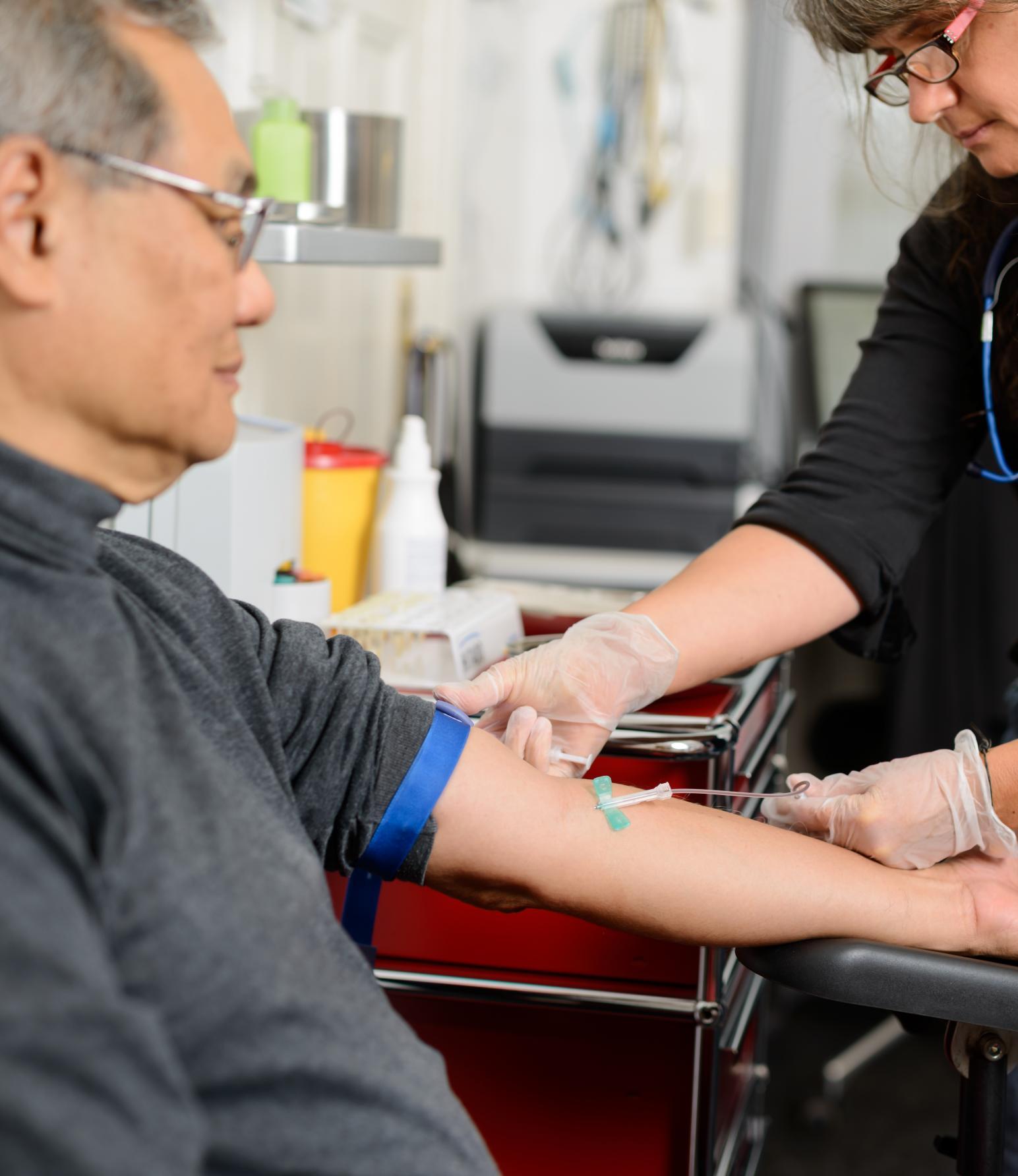 Mann beim Blut abnehmen