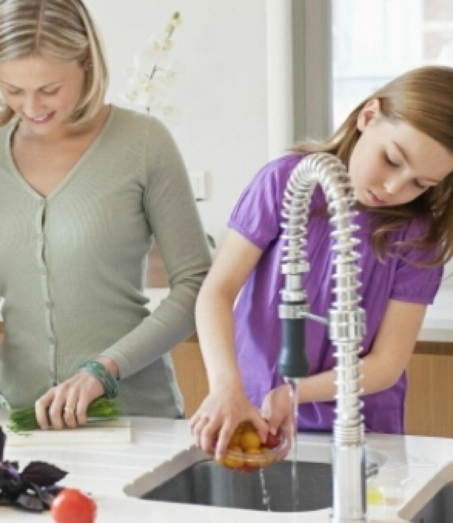 Familie mit Kind beim Kochen