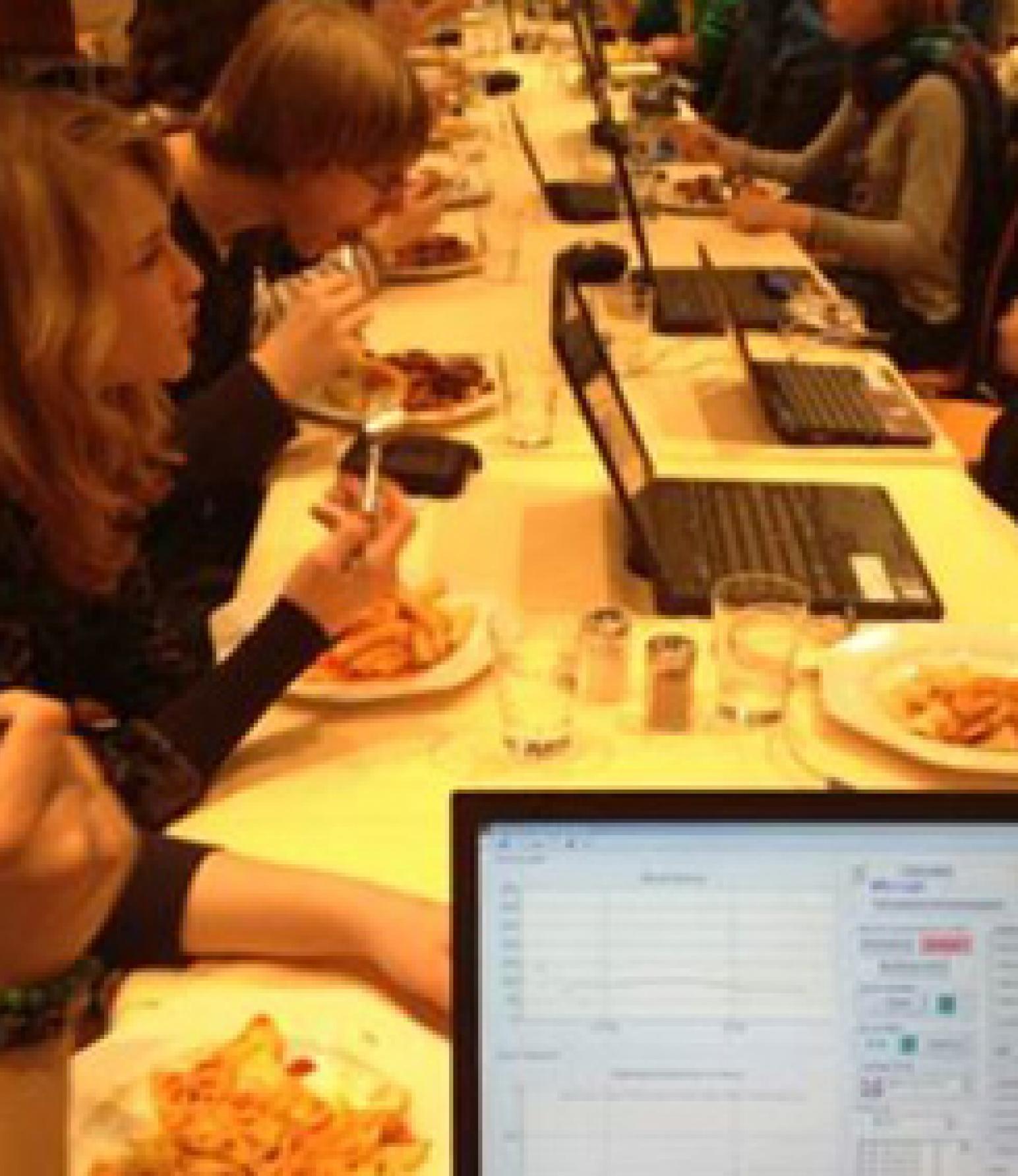 Beim Essen arbeiten