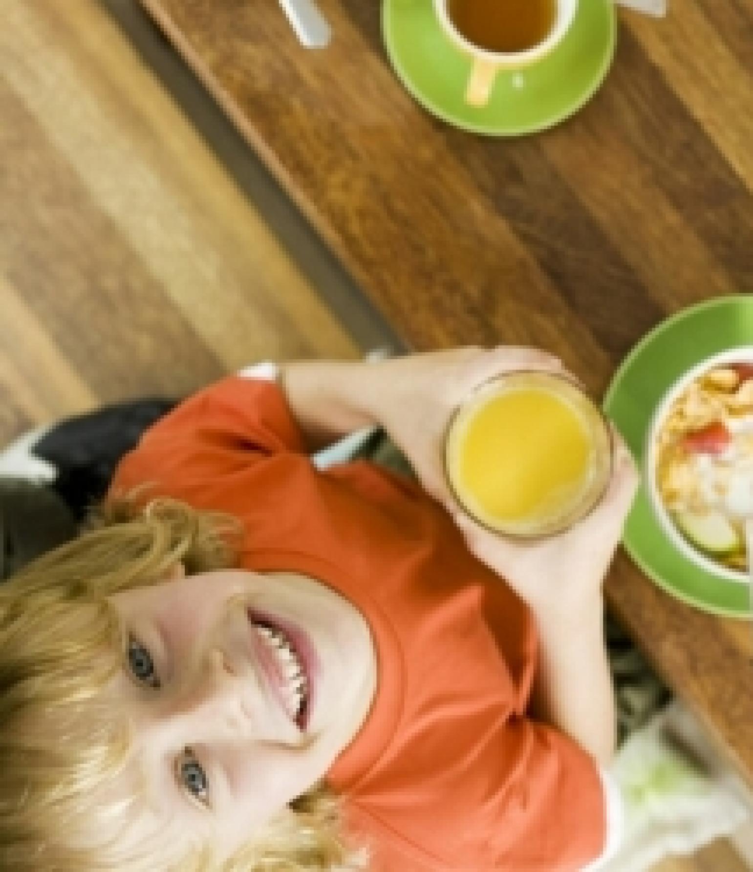 Kind mit Orangensaft schaut nach oben