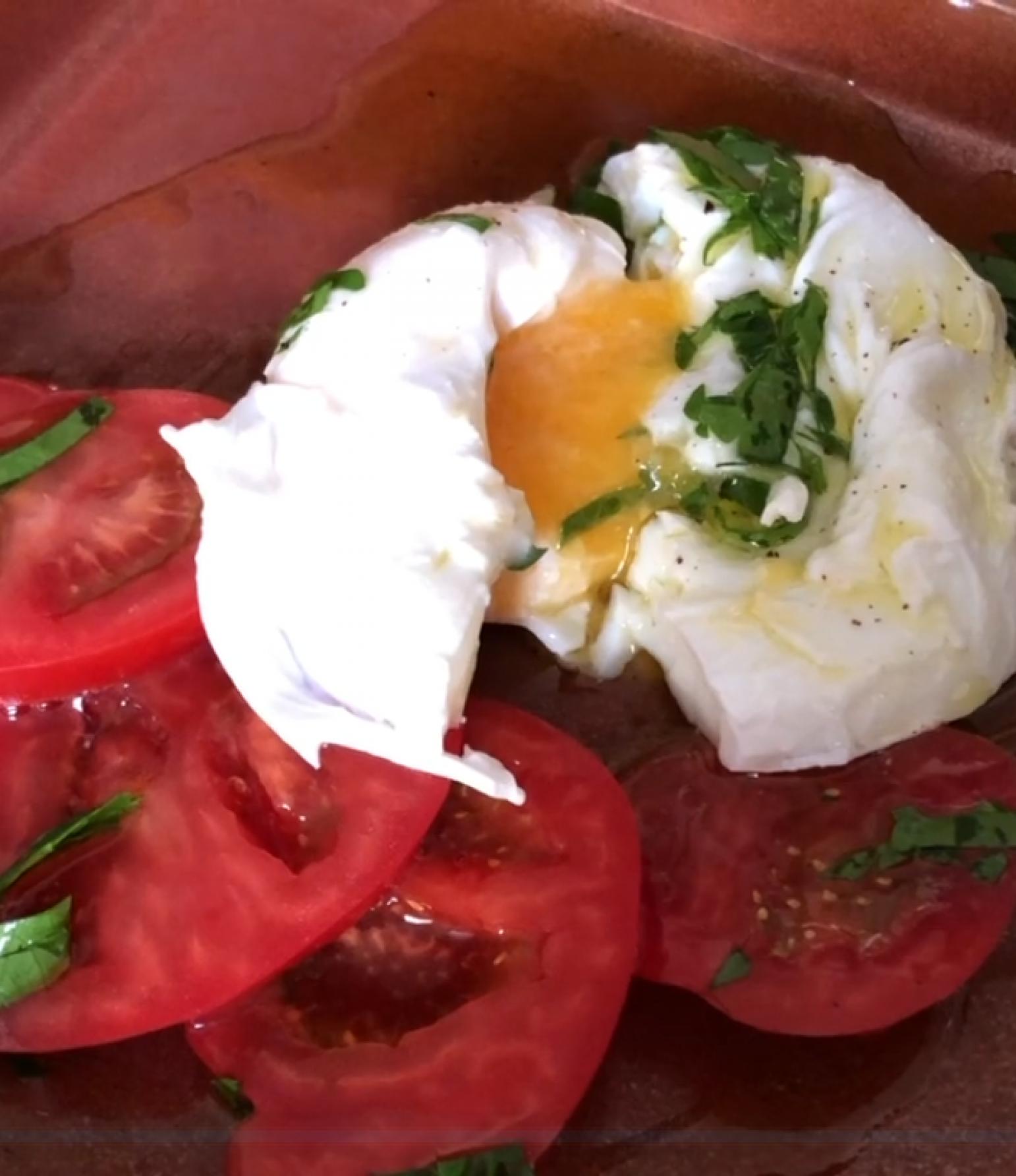pochiertes Ei auf Tomate