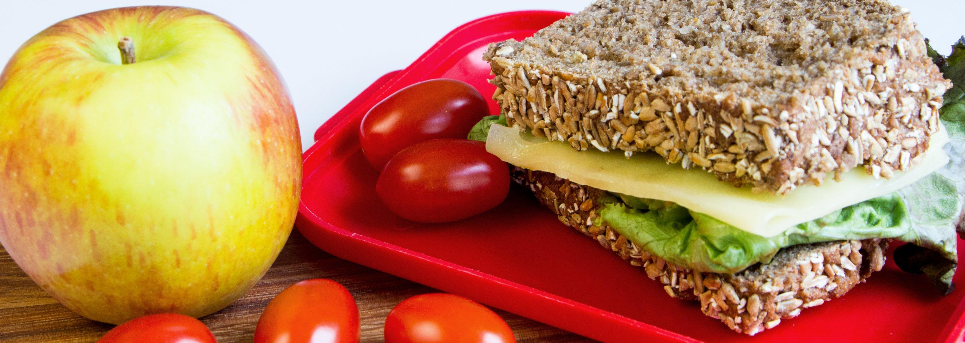 Brot, Obst und Gemüse für die Schulpause