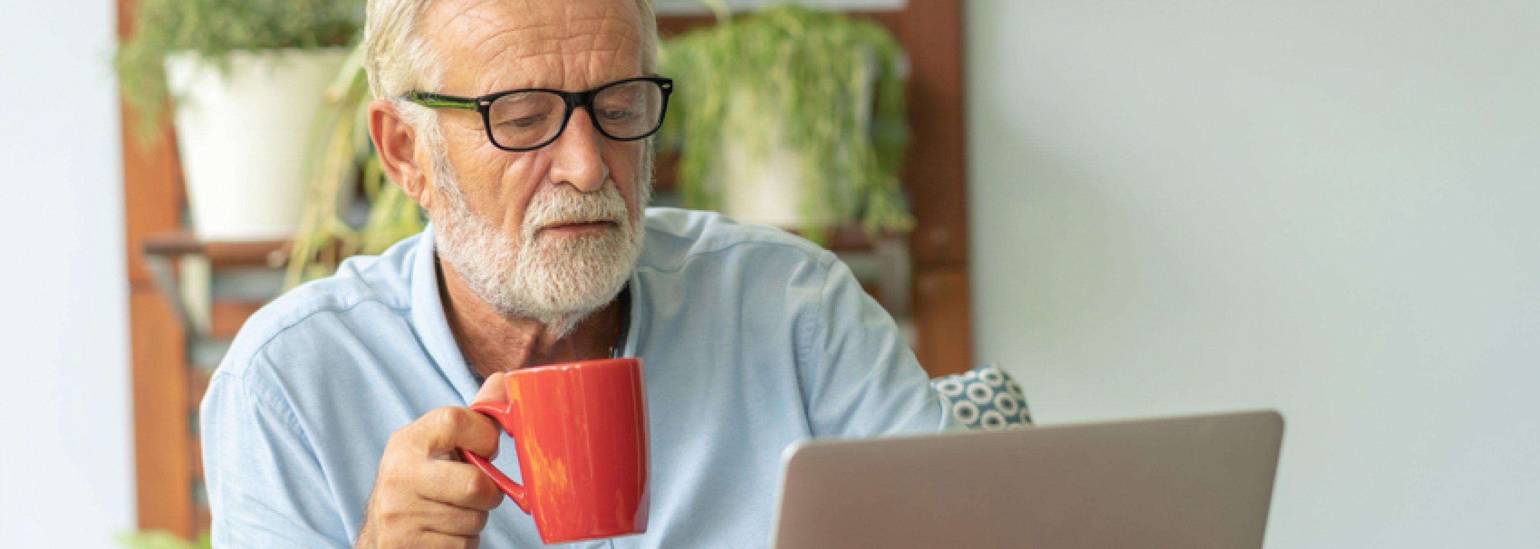 Älterer Mann arbeitet am Laptop