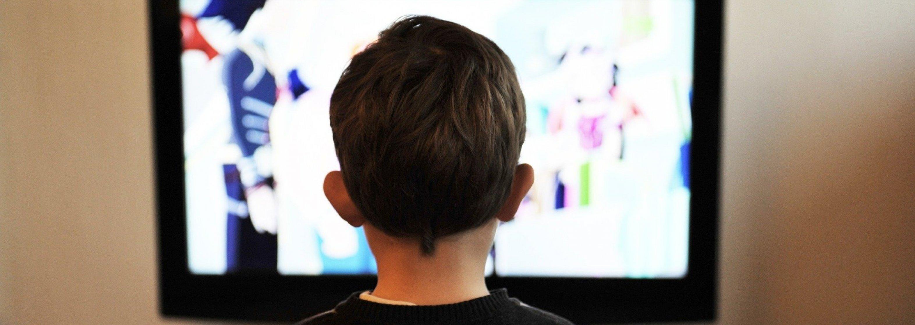 Kind vor Fernseher - Werbung