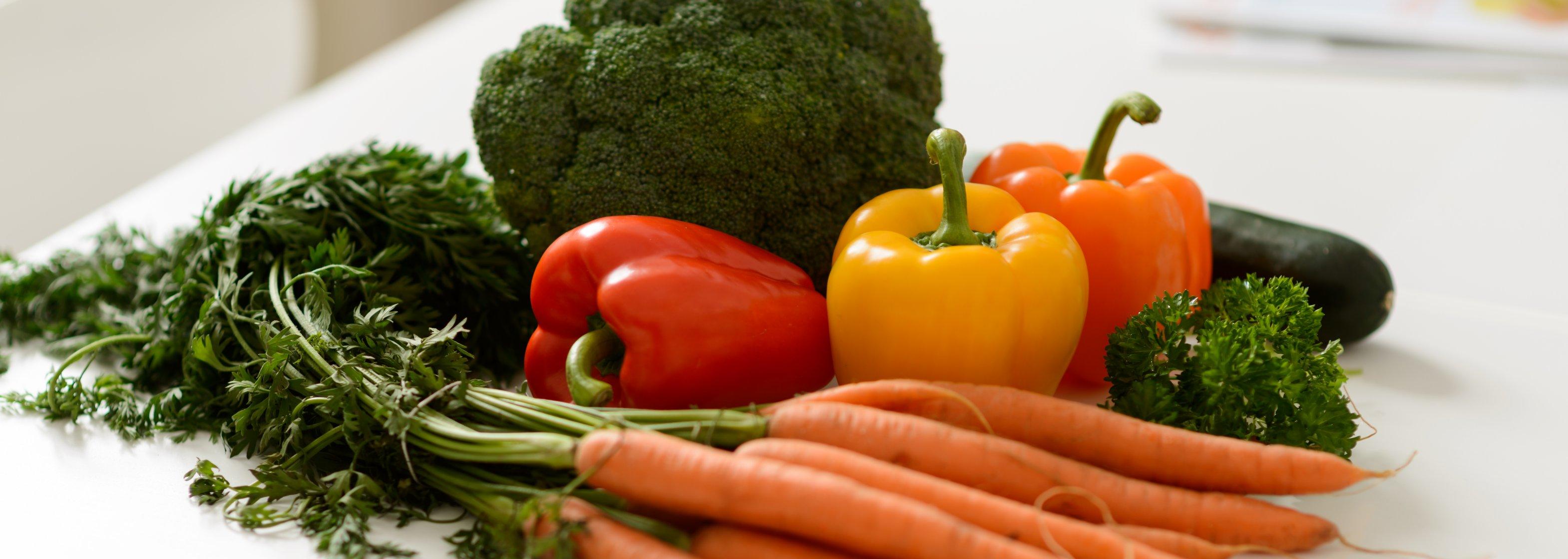 Frisches Gemüse mit Möhren, Paprika und Broccoli