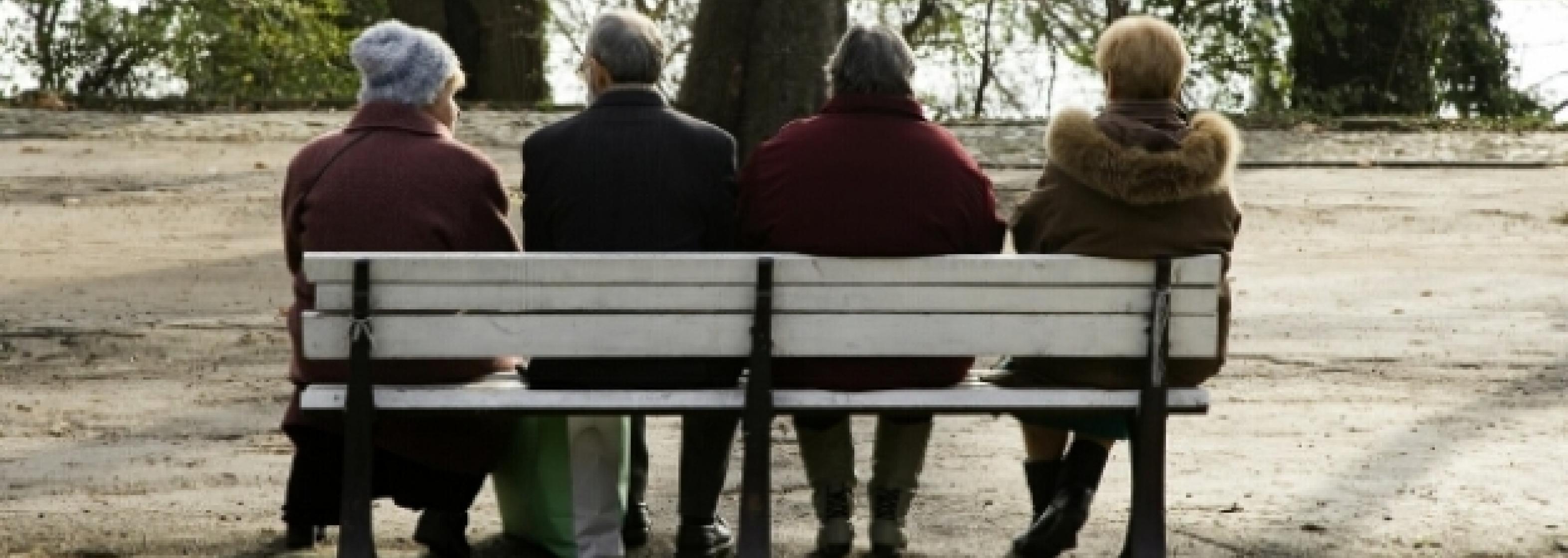 Alte Menschen auf Bank