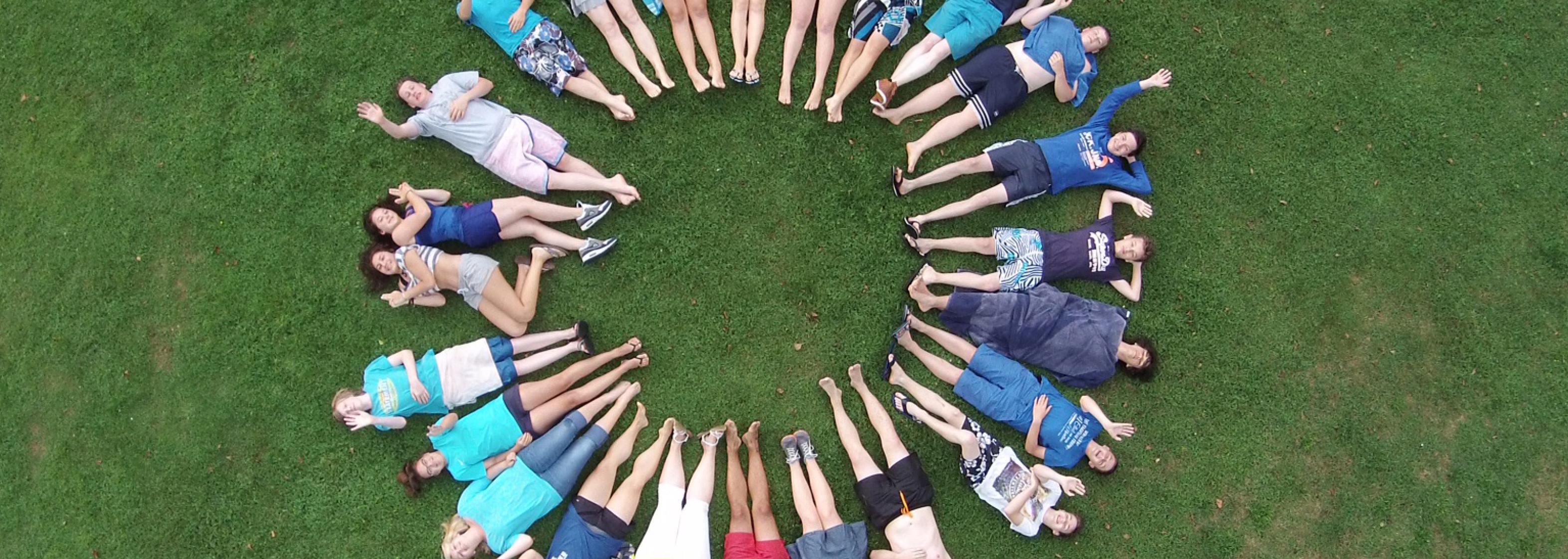 Bild Kinder bilden Kreis im Gras