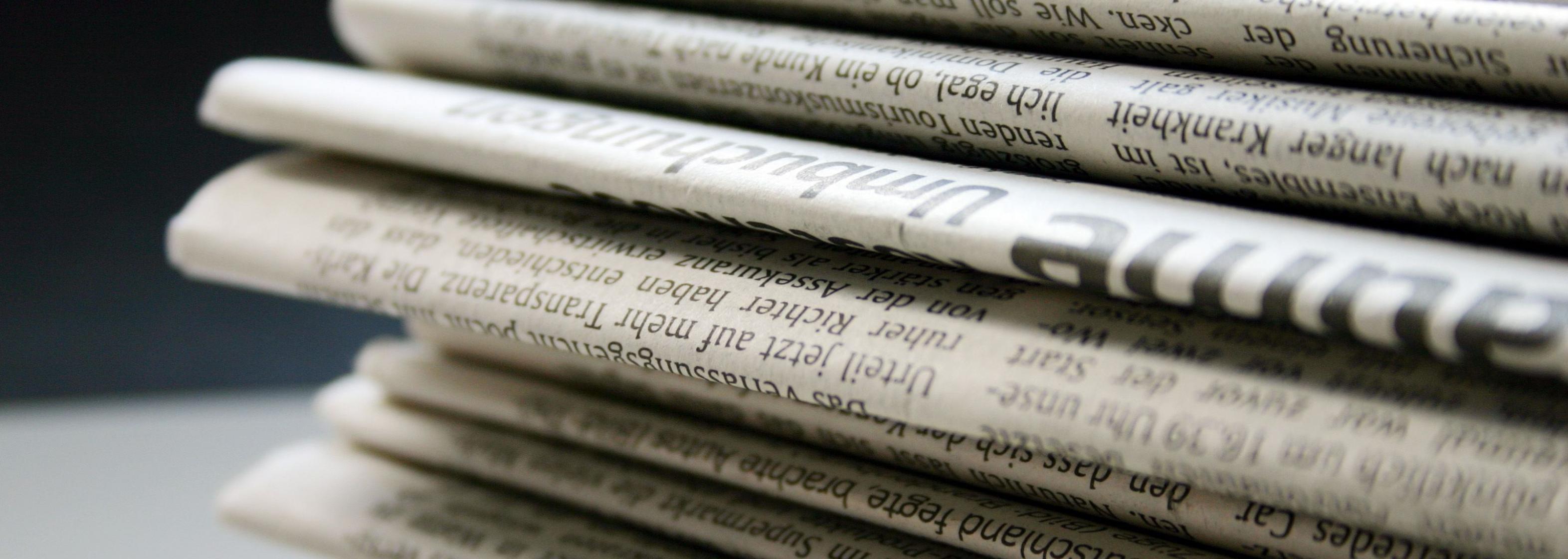 Zeitungsstapel ungeordnet