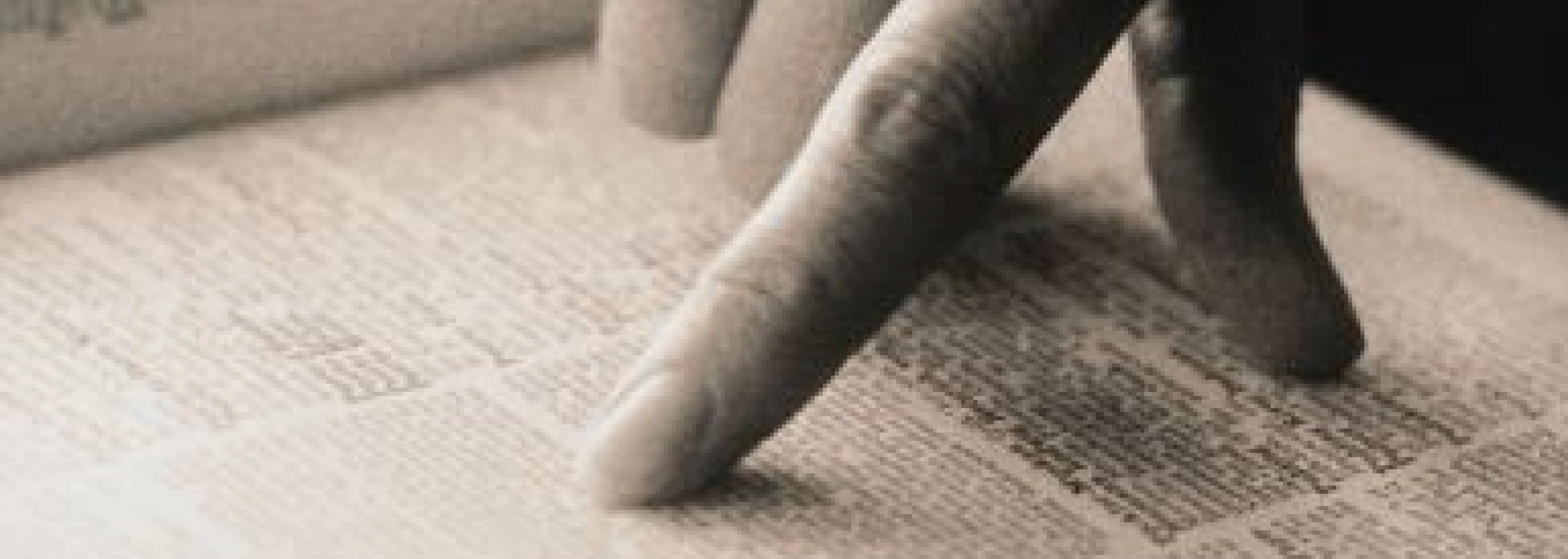 Hand auf Buch - Text