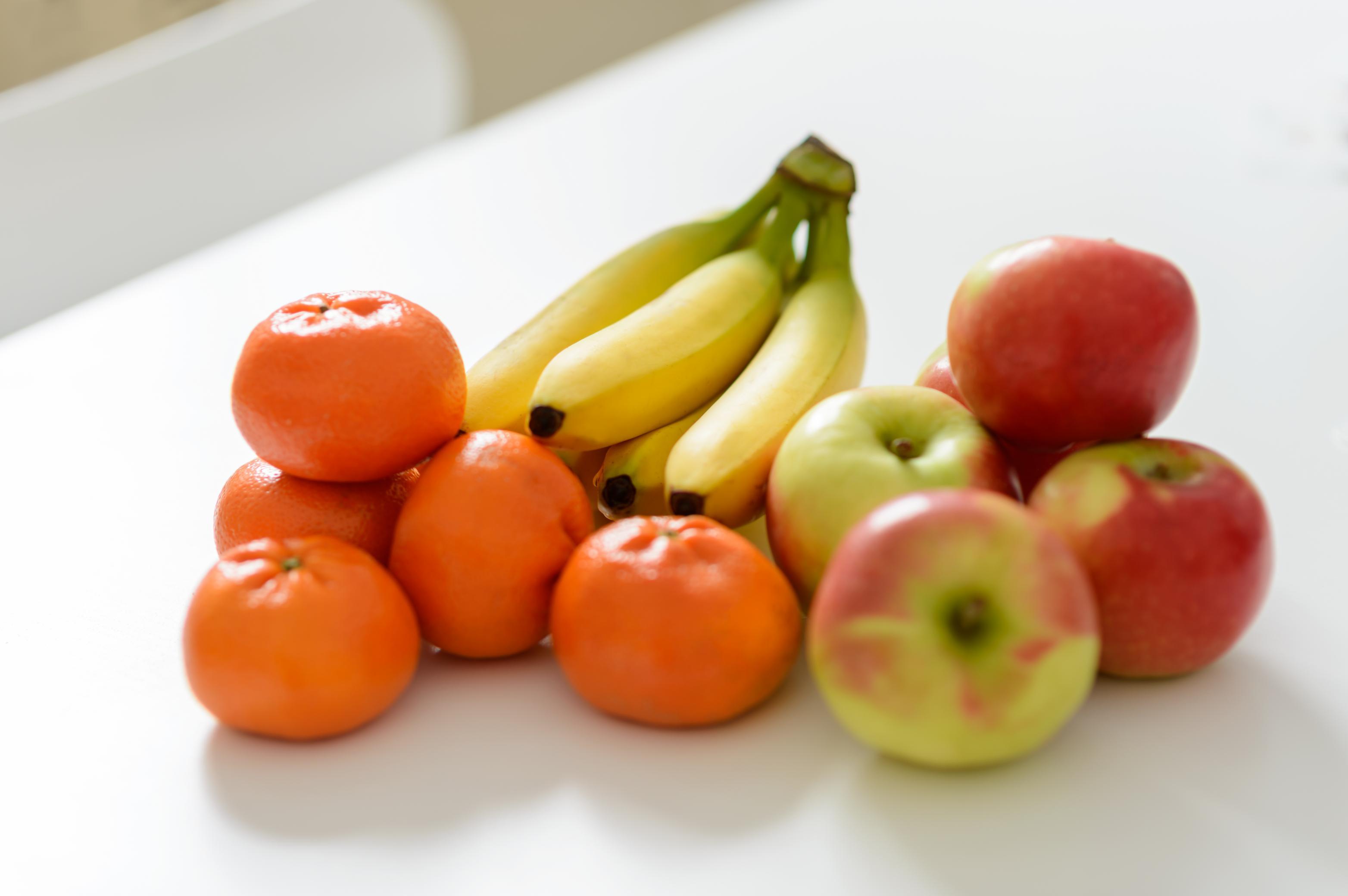 Frisches Obst mit Banane, Orangen und Äpfeln