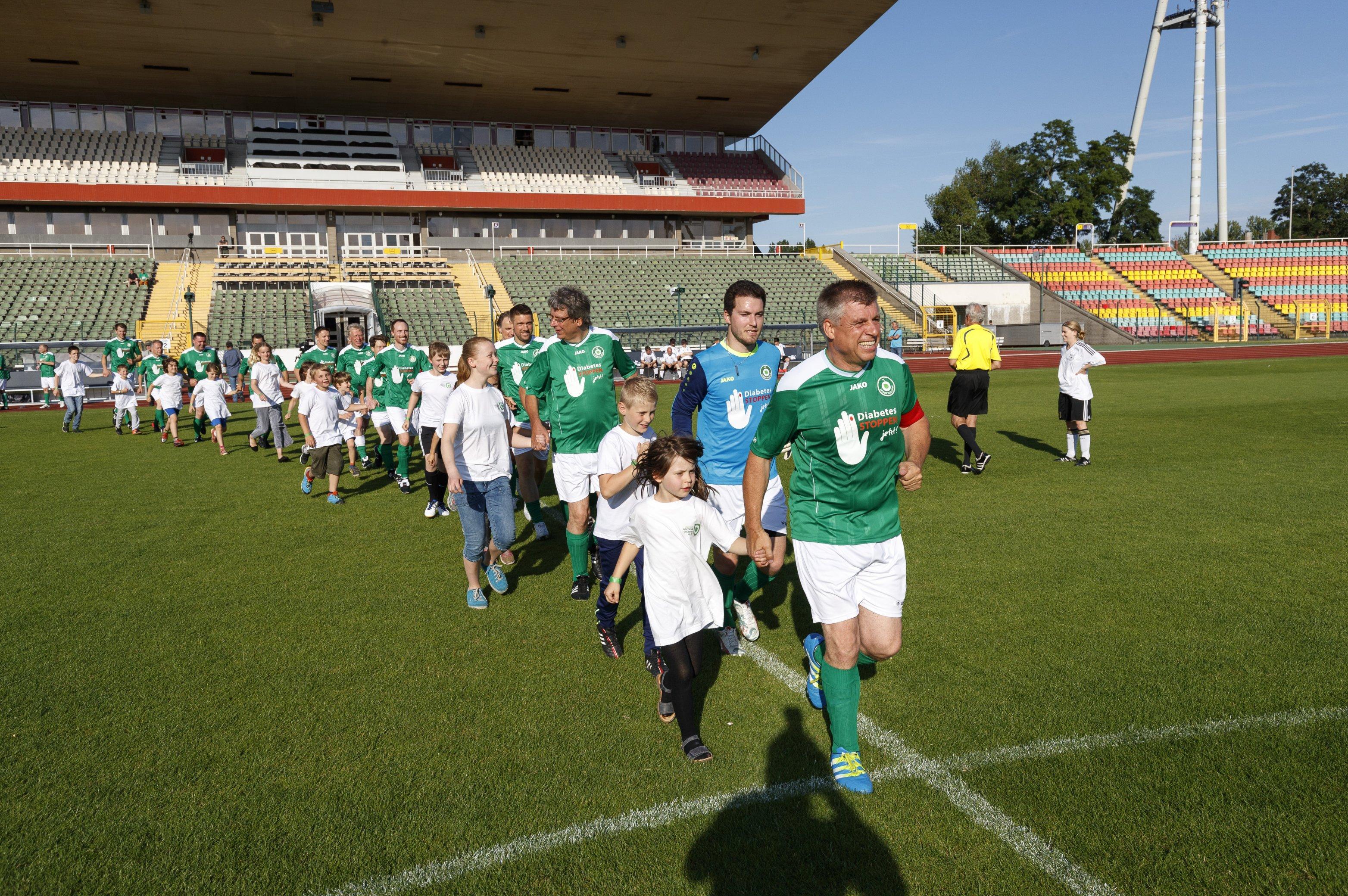 Fußballspiel FC Bundestag vs. FC Diabetologie 2017 - Einlaufkinder